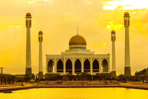 Mosquées, magnifique temple musulman avec l'heure du crépuscule.