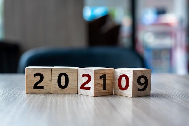 Mot 2019 à 2020 du bloc sur le fond du tableau.