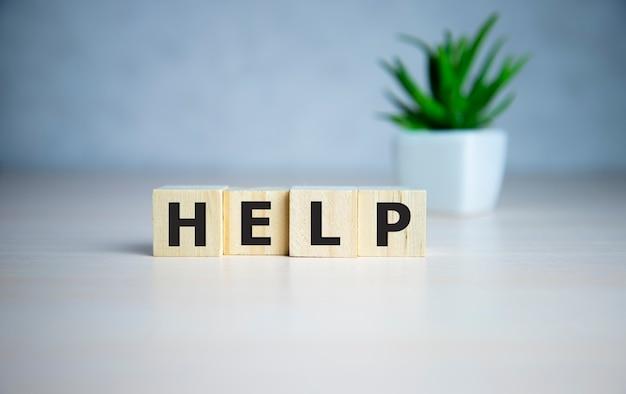 Mot d'aide fait avec des blocs de construction. concept d'entreprise.