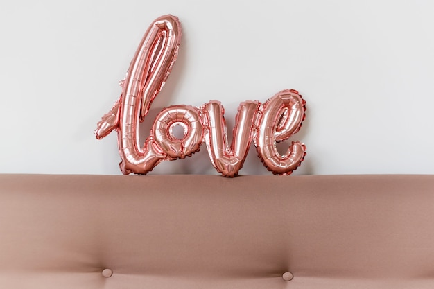 Mot d'amour de ballon gonflable rose sur fond blanc, saint valentin
