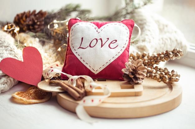 Mot amour brodé sur un petit oreiller. concept de la saint-valentin.