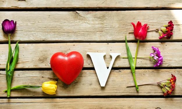 Mot d'amour fabriqué à partir de la belle fleur de tulipes