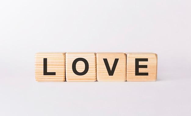 Mot d'amour fait de blocs de bois sur fond blanc