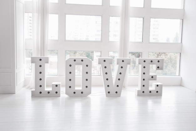 Mot d & # 39; amour avec de grandes lettres et des ampoules