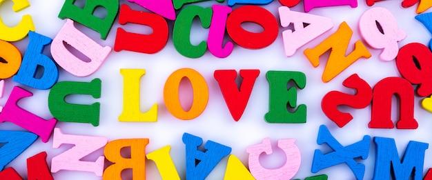 Le mot amour des lettres de l'alphabet