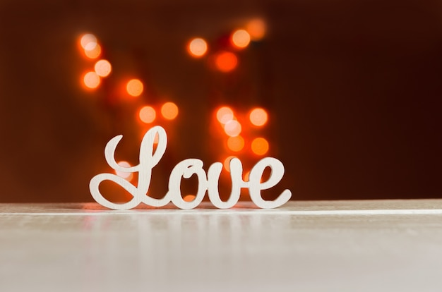 Le mot amour en lettres blanches sur fond clair