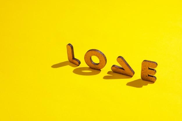Le mot amour de lettres sur une surface jaune