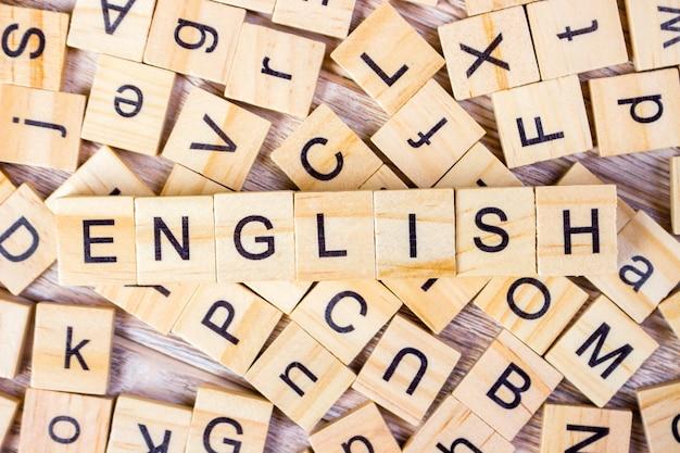 Mot anglais écrit en bois cube.