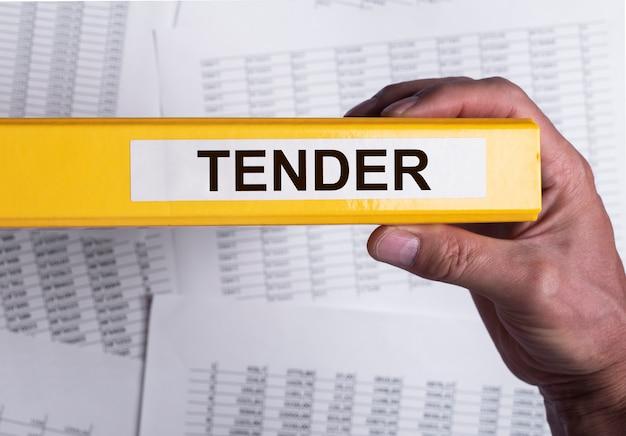 Mot d'appel d'offres sur le dossier de bureau dans le concept d'approvisionnement d'entreprise de main masculine