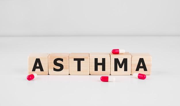 Mot d'asthme fait avec des blocs de construction mot d'asthme comme concept médical