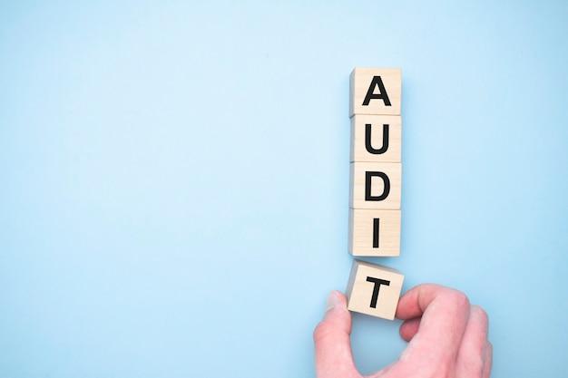 Le mot audit apparaissant en cubes en bois. notion d'éducation