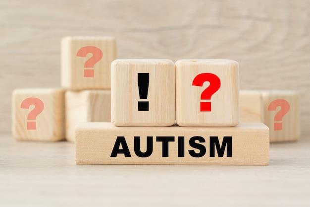 Le mot autisme est écrit sur une structure de cubes en bois.