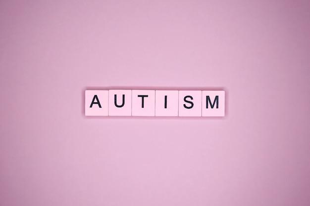 Mot de l'autisme, sur table rose