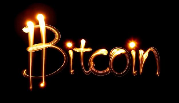 Mot bitcoin et signe. peinture claire