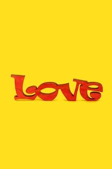 Mot en bois amour sur fond jaune. concept de la saint-valentin.