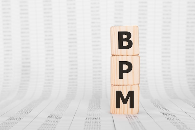 Mot bpm fait avec des blocs de construction en bois, concept d'entreprise.