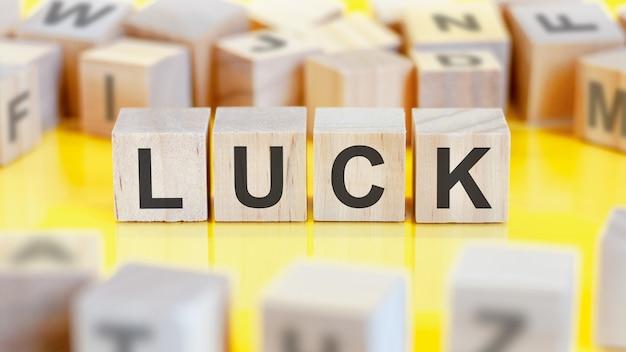 Le mot chance est écrit sur une structure de cubes en bois. blocs sur un fond clair. notion financière. mise au point sélective.
