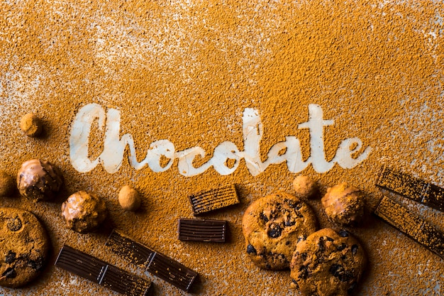 Le mot chocolat imprimé sur du cacao sur un fond gris parmi le cacao