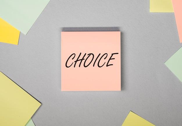 Mot de choix sur papier parmi d'autres options de notes et choix du meilleur concept