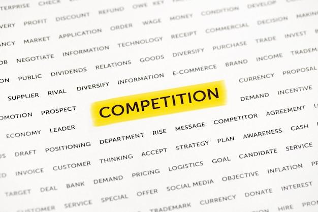 Le mot « compétition » est mis en évidence avec un marqueur sur papier. concept d'entreprise, stratégie, planification, succès