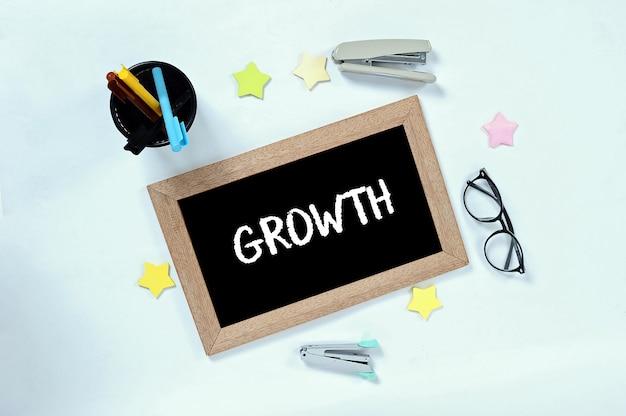 Mot de croissance sur la vue de dessus sur le tableau noir