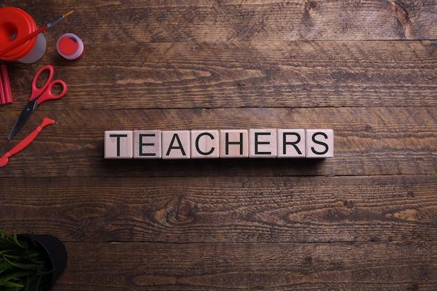 Mot sur des cubes en bois, des blocs sur le thème de l'éducation, du développement et de la formation sur une table en bois. vue de dessus. place pour le texte.