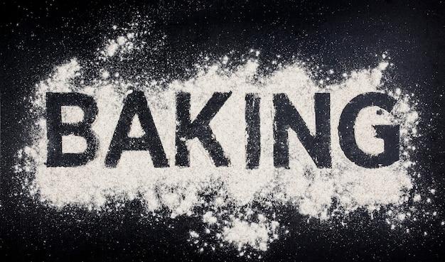 Mot cuisson, écrit, dans, farine blanche, sur, table noire