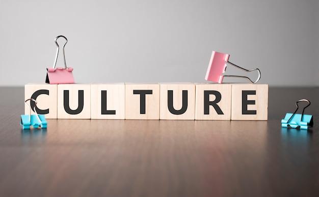 Le mot culture écrit sur des cubes de bois. concept commercial et financier.