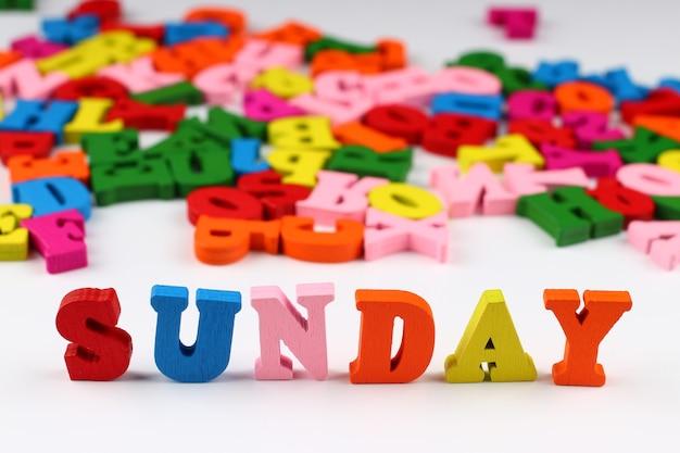 Le mot dimanche avec des lettres colorées