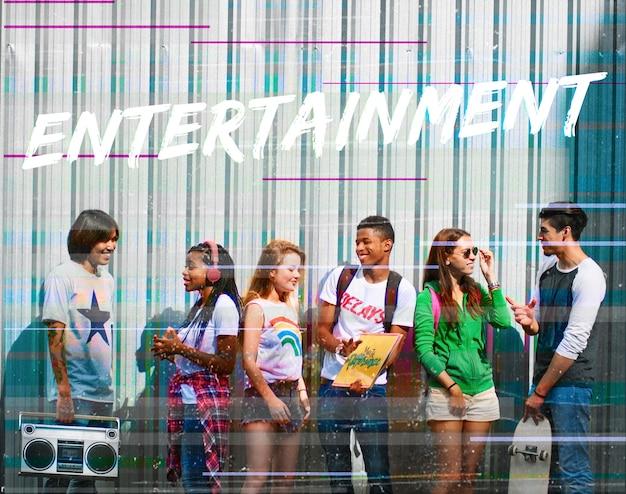 Mot de divertissement superposé aux jeunes