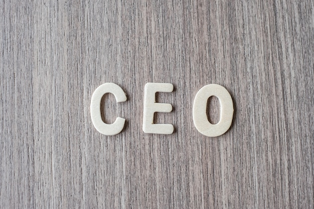 Mot du chef de la direction des lettres de l'alphabet en bois. concept d'affaires et d'idée