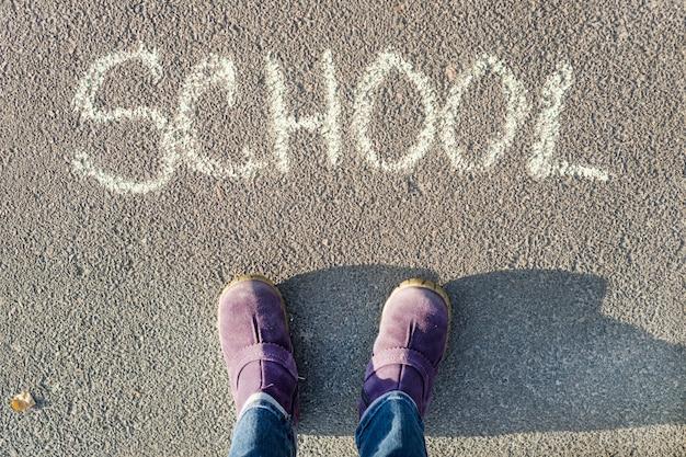 Mot école écrit sur l'asphalte
