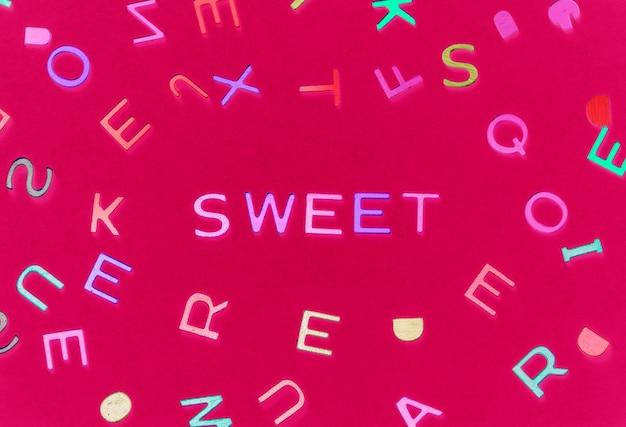 Mot épelé doux avec fond d'alphabets