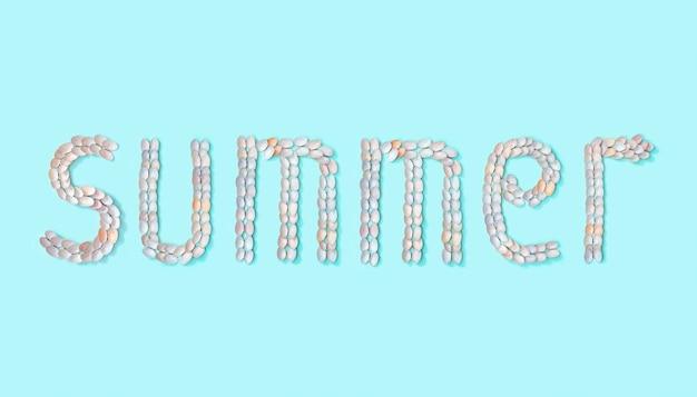 Mot été de coquillages blancs et roses tendre sur papier de couleur turquoise. concept de design d'été