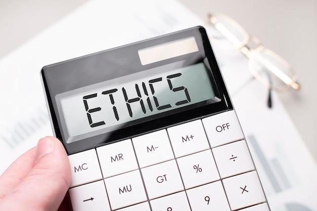 Le mot ethique est écrit sur la calculatrice.