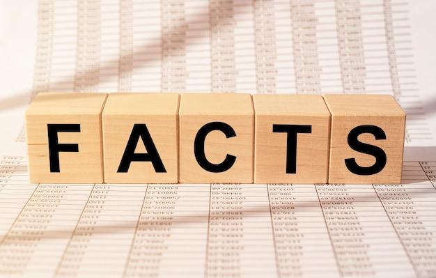 Mot de faits sur les blocs de cube sur les documents financiers.