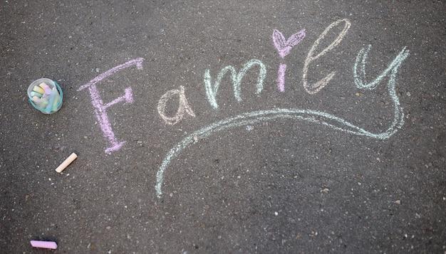 Le mot famille sur béton