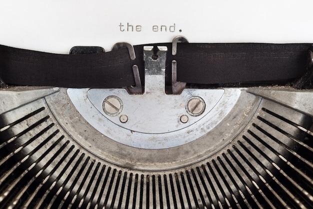Le mot de fin tapé sur une machine à écrire vintage