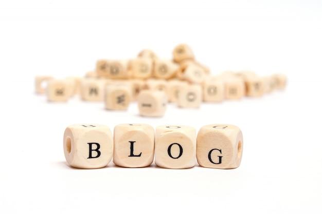 Mot avec des dés sur fond blanc - blog