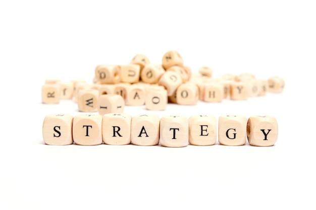 Mot avec des dés sur fond blanc - stratégie