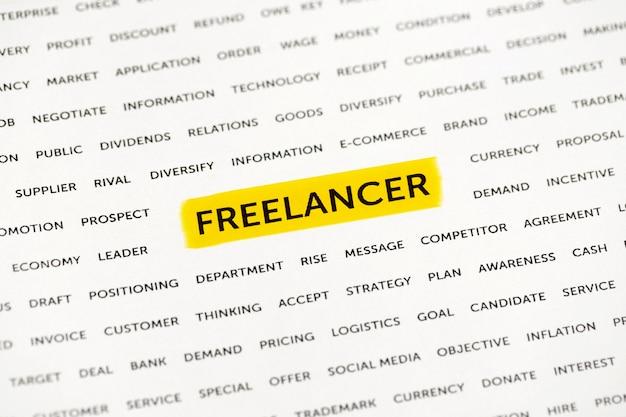 Le mot «freelancer» est mis en évidence avec un marqueur sur papier