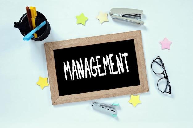 Mot de gestion sur la vue de dessus sur le tableau noir