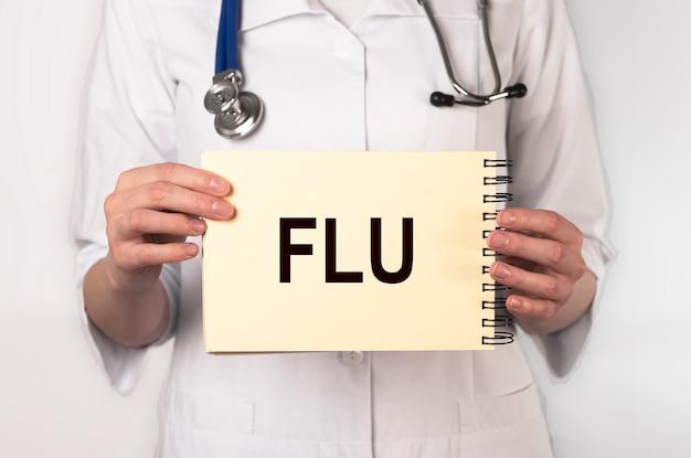 Mot de la grippe, inscription dans les mains du médecin. concept médical.