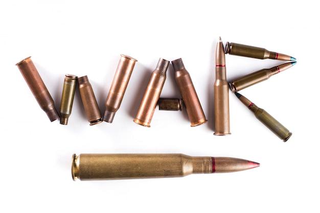 Le mot «guerre» est disposé avec des balles et des manches