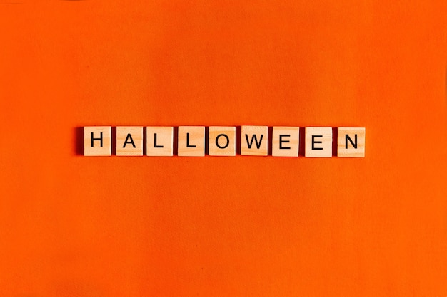 Mot halloween fait de blocs en bois avec lettrage