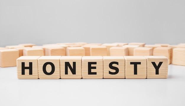 Mot honnêteté fait avec des blocs de construction en bois