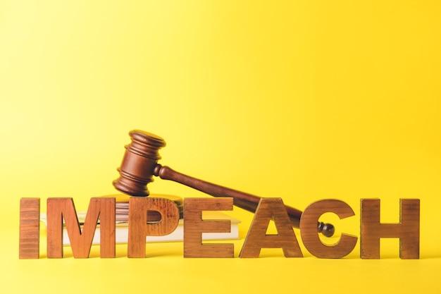 Mot impeach, juge marteau, argent et livre sur la couleur