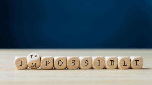 Mot impossible épelé sur des dés en bois avec le second tournant pour épeler le signe possible.