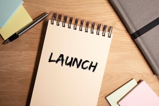 Mot de lancement sur papier planificateur sur fond de bureau