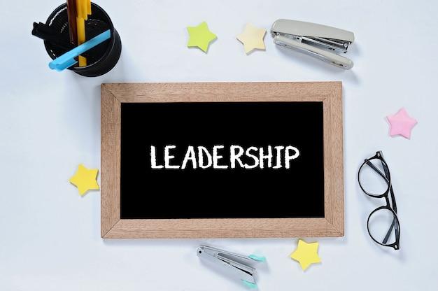 Mot de leadership sur la vue de dessus sur le tableau noir